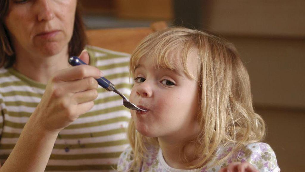 Ini Alasannya Jangan Memberi Makan Anak Sambil Bermain