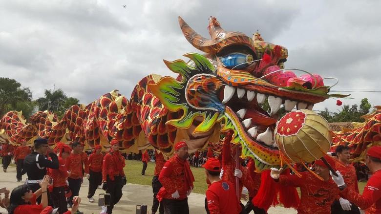Aksi Liong terpanjang di Indonesia warnai Festival Cap Go Meh Singkawang (Fitraya/detikTravel)