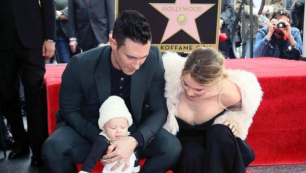 Adam Levine Tampilkan Bayinya di Publik Saat Terima Bintang Hollywood