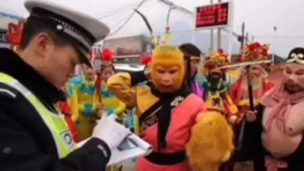 Mau Tampil di Kuil, Rombongan Sun Go Kong Dicegat Polisi di China
