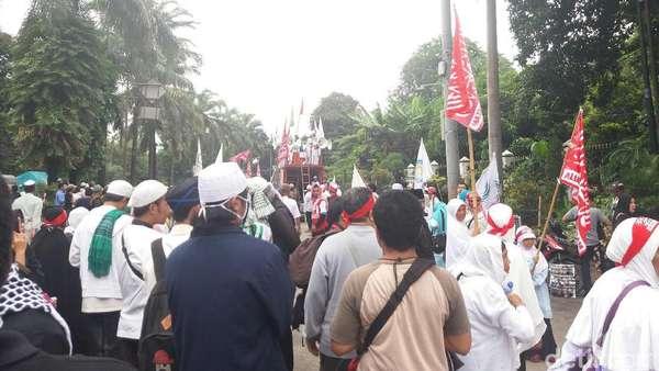 Massa Kontra-Ahok Baca Al-Fatihah untuk Habib Rizieq dan Munarman