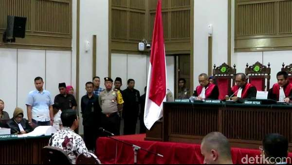 Usai Bersaksi, Ahli Agama MUI Beri Buku ke Majelis Hakim