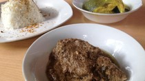 Pocut Dara: Gurih Berempah Bebek Masak Kurma dan Roti Jala Berkuah Kari