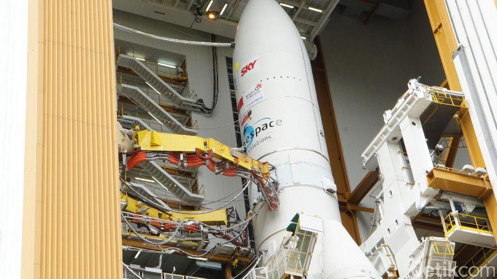Detik-detik Satelit Telkom 3S Masuk ke Tempat Peluncuran