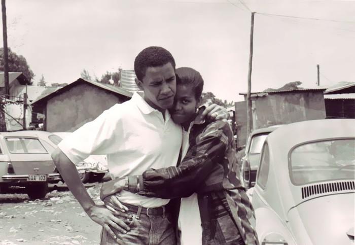 Potret masa muda Obama dan Michelle yang kala itu masih status bertunangan. Pelukan foto hanget Michelle diabadikan di Kenya tahun 1992. (Foto: Internet)