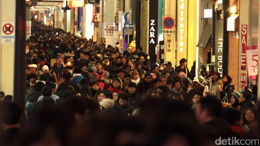 Kala Dingin Tak Menyurutkan Ribuan Orang Menjelajah Dotonburi, Osaka