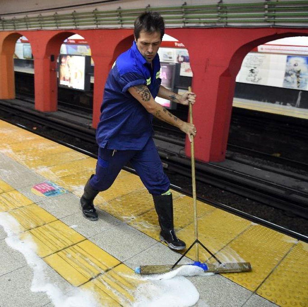Cerita Novelis Kriminal Argentina yang Jadi Petugas Kebersihan Subway