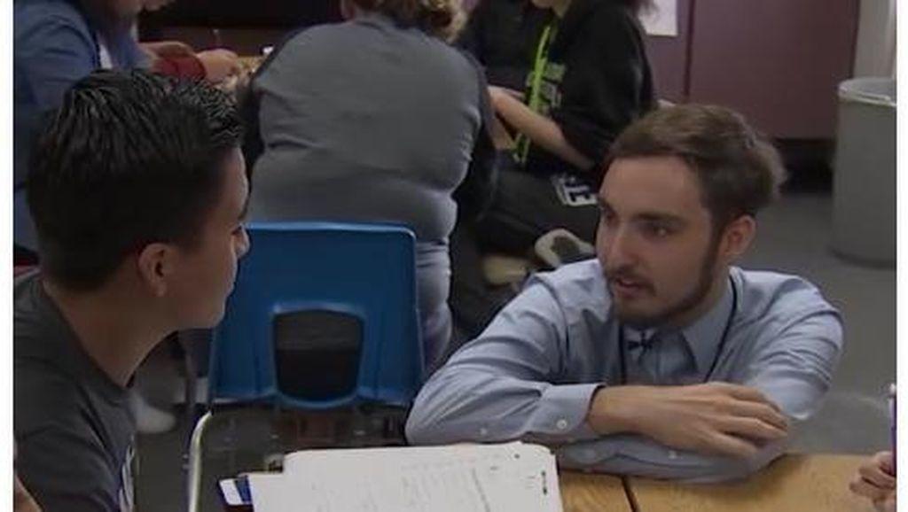 Tato Nama Siswa yang Dapat Beasiswa Akan Terukir di Tubuh Guru Ini