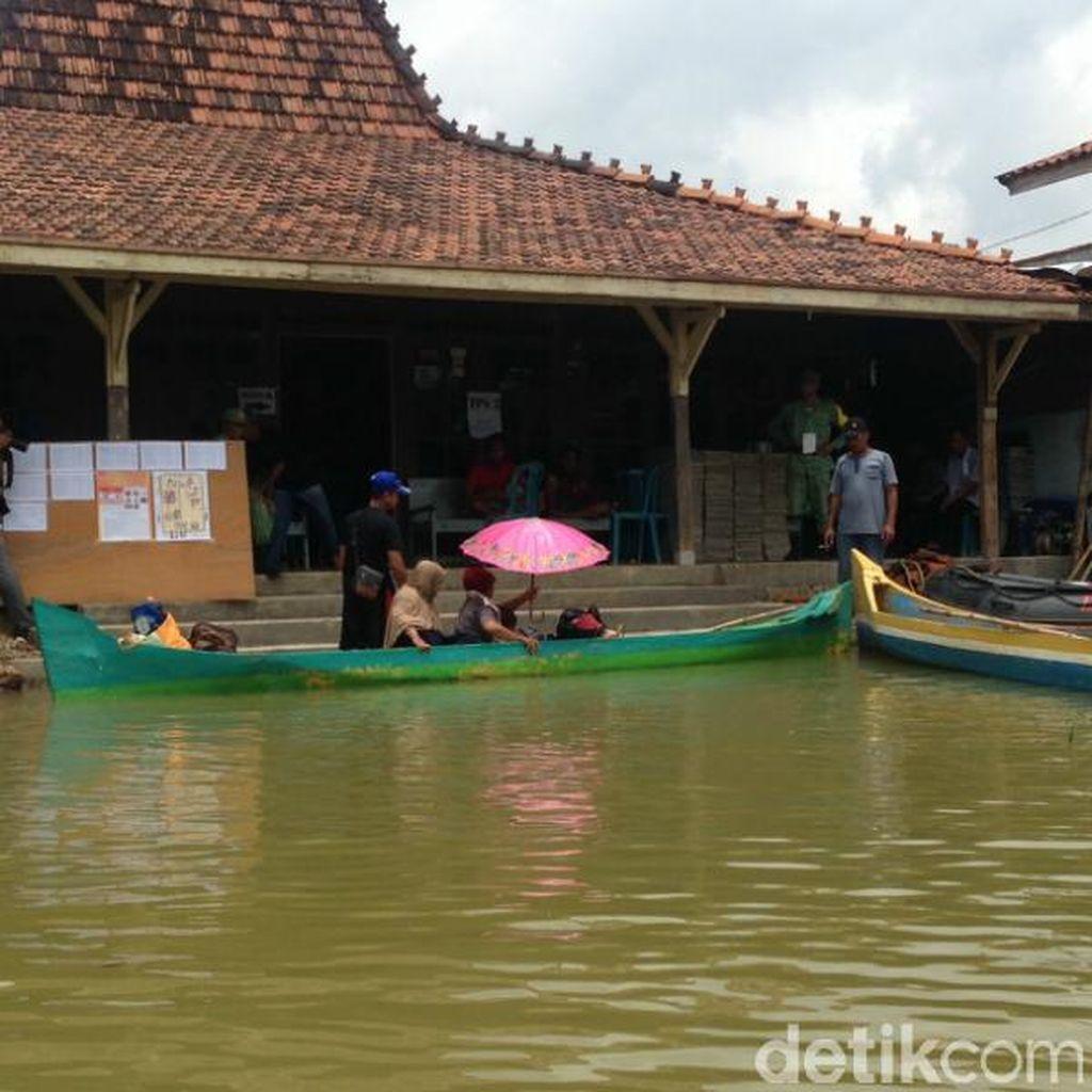 Warga Pati Naik Perahu ke TPS karena Banjir