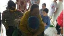 Polisi Ini Gendong Nenek Saat Nyoblos di TPS Muara Angke