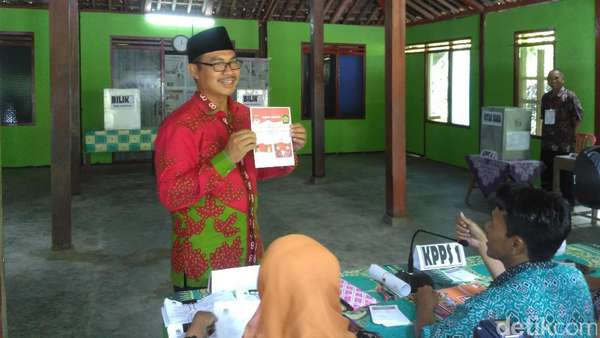 Pilkada Kulon Progo, Hasto Wardoyo Mencoblos di TPS Kokap
