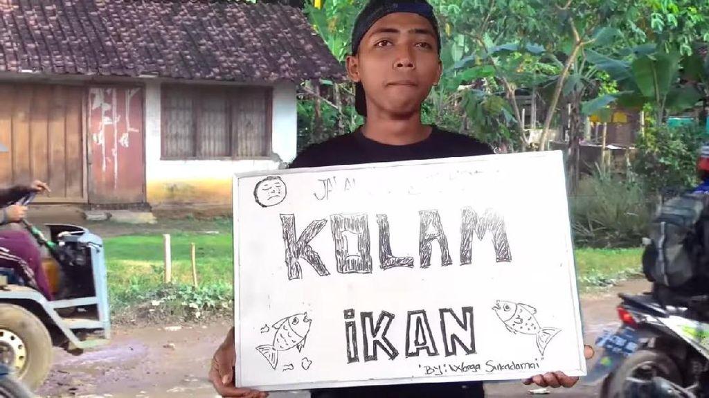 Kreatif, Remaja Lampung Curhat Jalan Rusak dengan Gaya Boyband