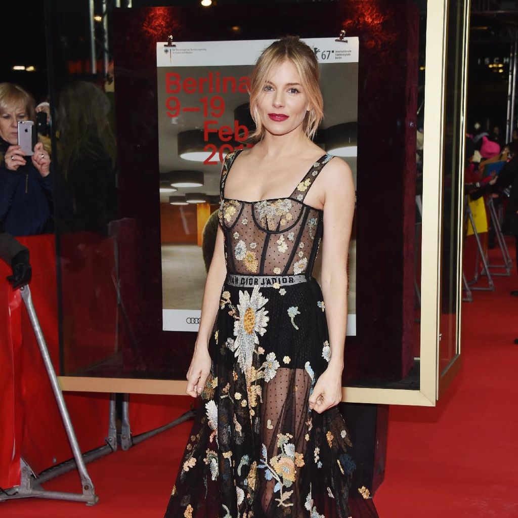 Seksi! Sienna Miller Bergaun Tembus Pandang di Premier The Lost City of Z