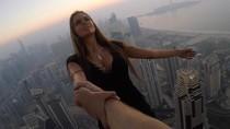 Momen Ngeri Saat Model Pemotretan di Ujung Gedung Tinggi Tanpa Pengaman