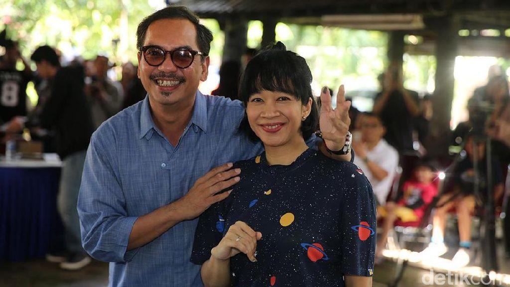 Gaya Indra Birowo dan Istri Nyoblos di TPS Agus Yudhoyono