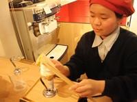 Hakuichi mencoba berimprovisasi dengan menambahkan sebuah lapisan kertas tipis yang terdiri dari 98 persen emas. Pihak Hakuichi pun mengatakan es krim ini aman untuk dikonsumsi. Lapisan emas itu tidak mengubah rasa dan aroma es krim, rasanya masih seperti es krim pada umumnya (Firdaus Anwar/detikTravel)