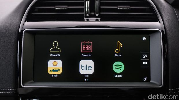 Pilih aplikasi di layar sentuh mobil Jaguar