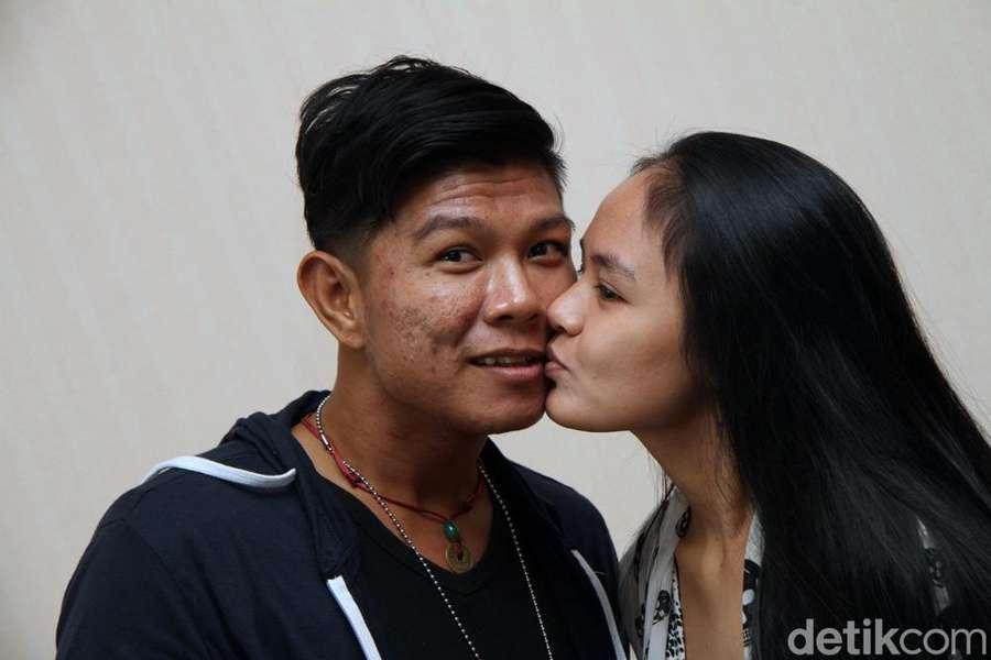 Throwback! Ini Foto-foto Kemesraan Andhika Mahesa dan Istri