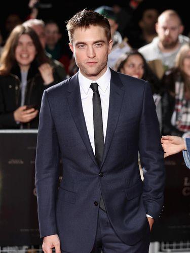 Foto: Mesranya Robert Pattinson & FKA Twigs di Karpet Merah