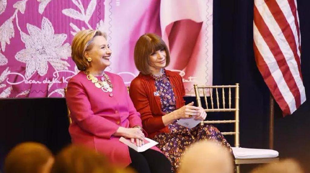 Hillary Clinton Tampil Stylish dengan Kalung Oscar de la Renta Rp 7,8 Juta