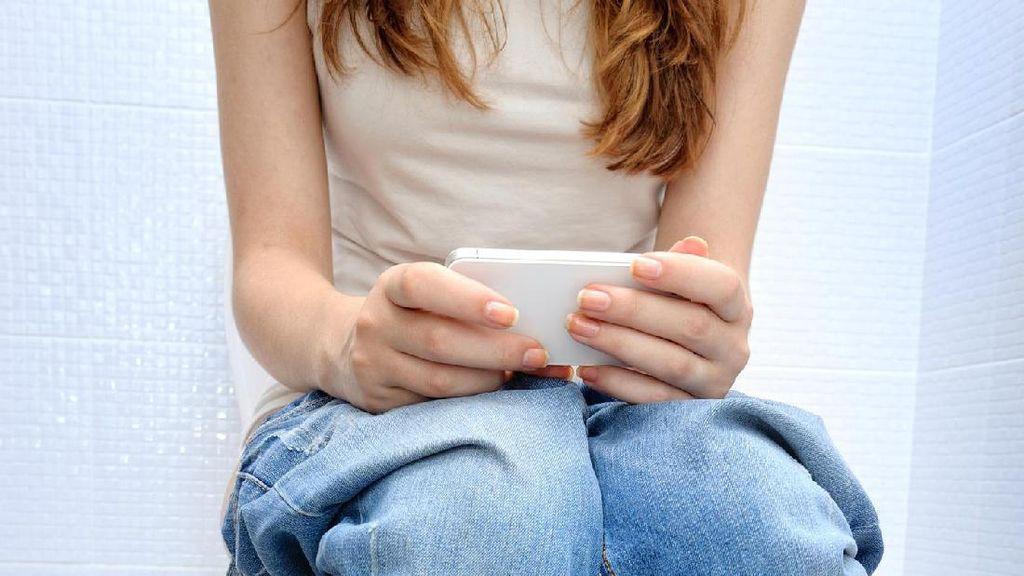 Kebiasaan Memainkan Ponsel di Toilet Bisa Mengancam Kesehatan