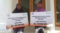 Cerita Haru Dua Ibu Terima Asuransi Nelayan Pasca Suaminya Meninggal
