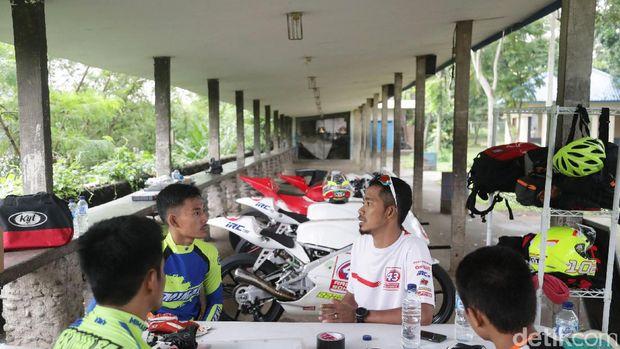 M. Fadli memberikan pengarahan kepada siswanya di 43 Racing School