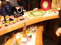 Selain es krim emas, Hakuichi juga menjual minuman dan berbagai pernak-pernik lain yang semuanya bertema emas. Mulai dari sake, hiasan gantungan kunci, hingga perhiasan wanita (Firdaus Anwar/detikTravel)