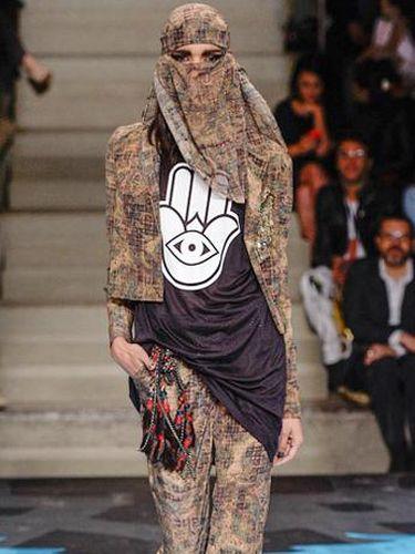Ketika Model Berhijab Eksis di Fashion Show Kanye West Hingga Brazil