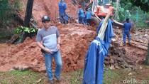 Tembok Rumah Warga di Jagakarsa Longsor Akibat Hujan Deras