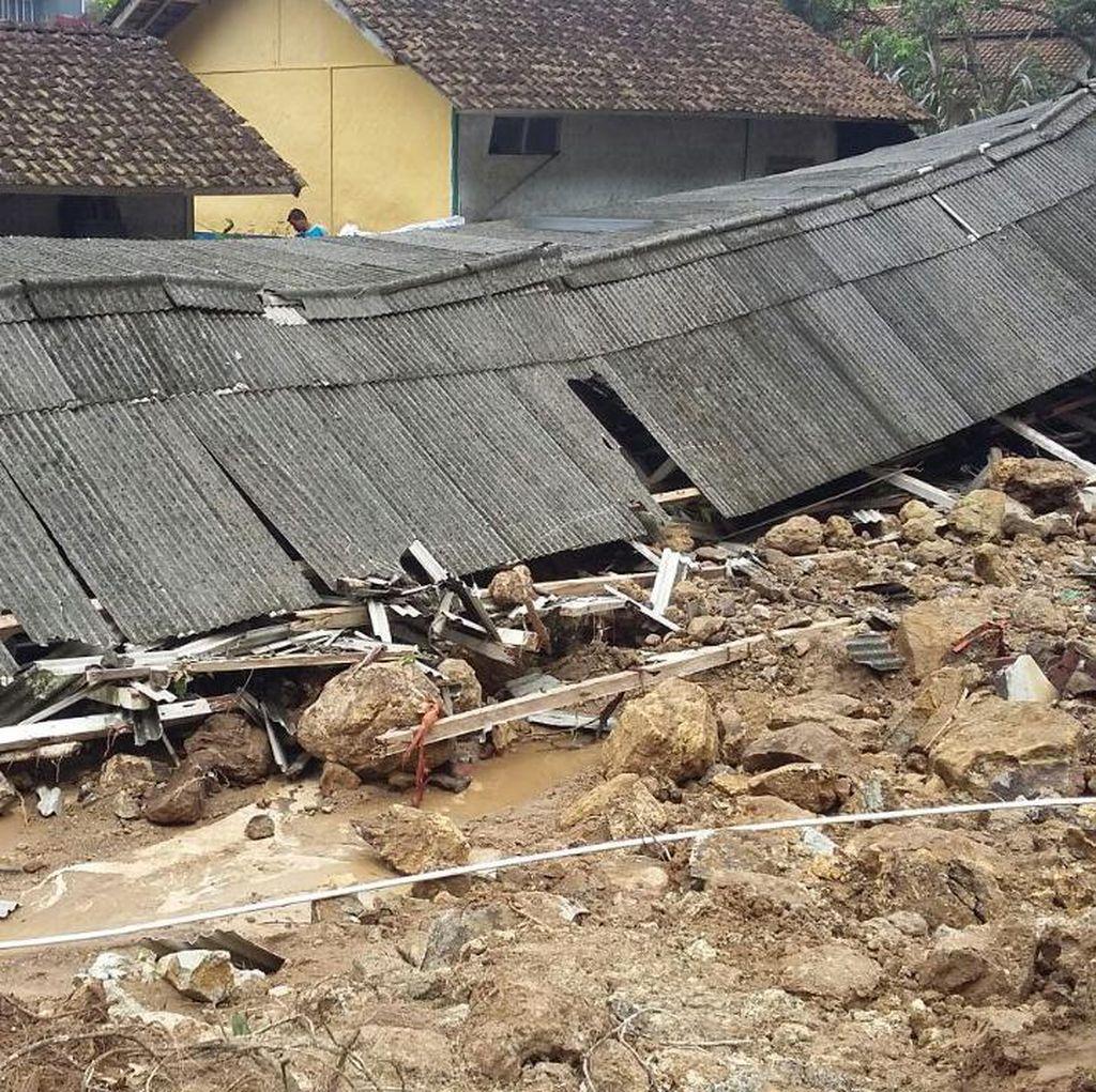 Tebing Longsor Timpa Kandang Ayam dan Rumah Warga di Tasikmalaya