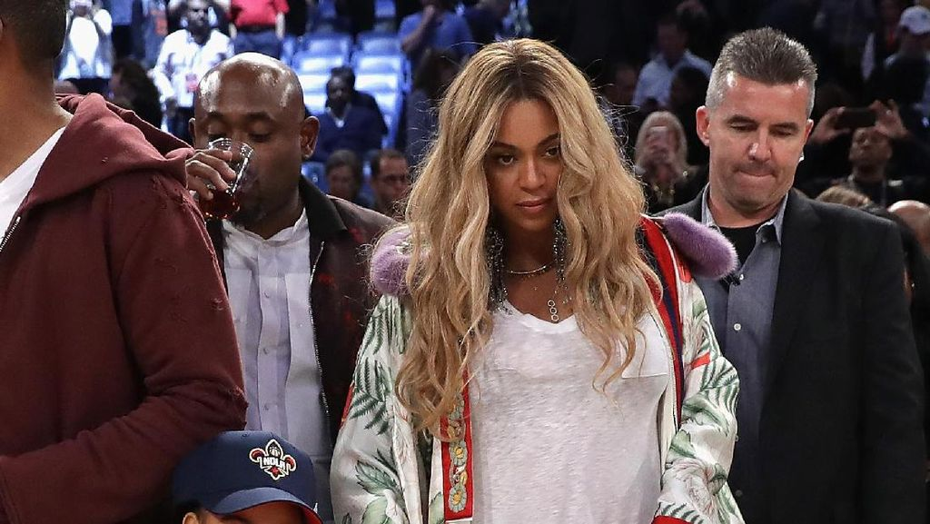 Foto: Gaya Stylish Beyonce Berkimono Gucci di NBA All-Star Game