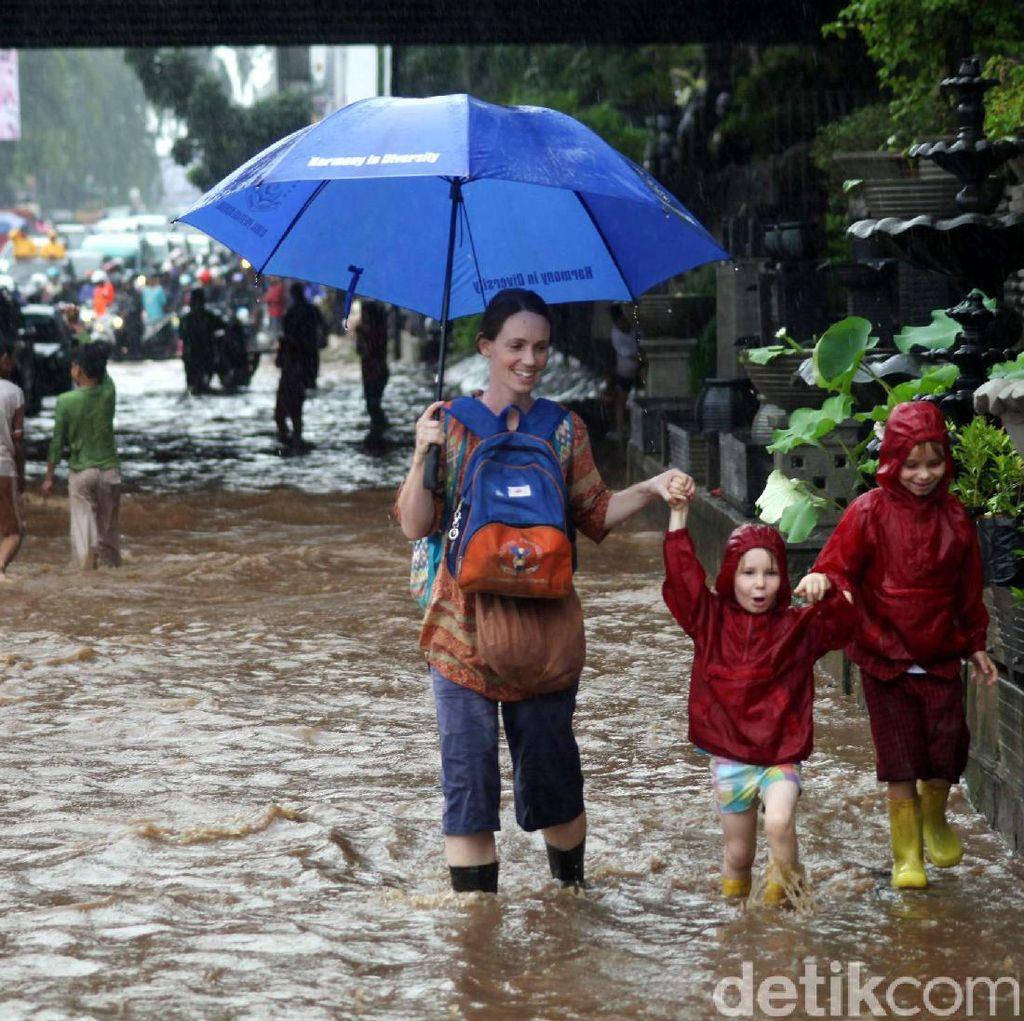 BMKG: Jabodetabek, Sebagian Indonesia Dibayangi Hujan Lebat Besok