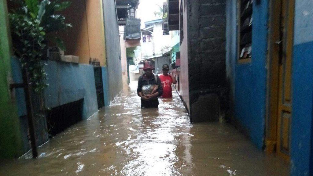 Banjir di Cipinang Melayu Capai 1 Meter, 285 Warga Diungsikan