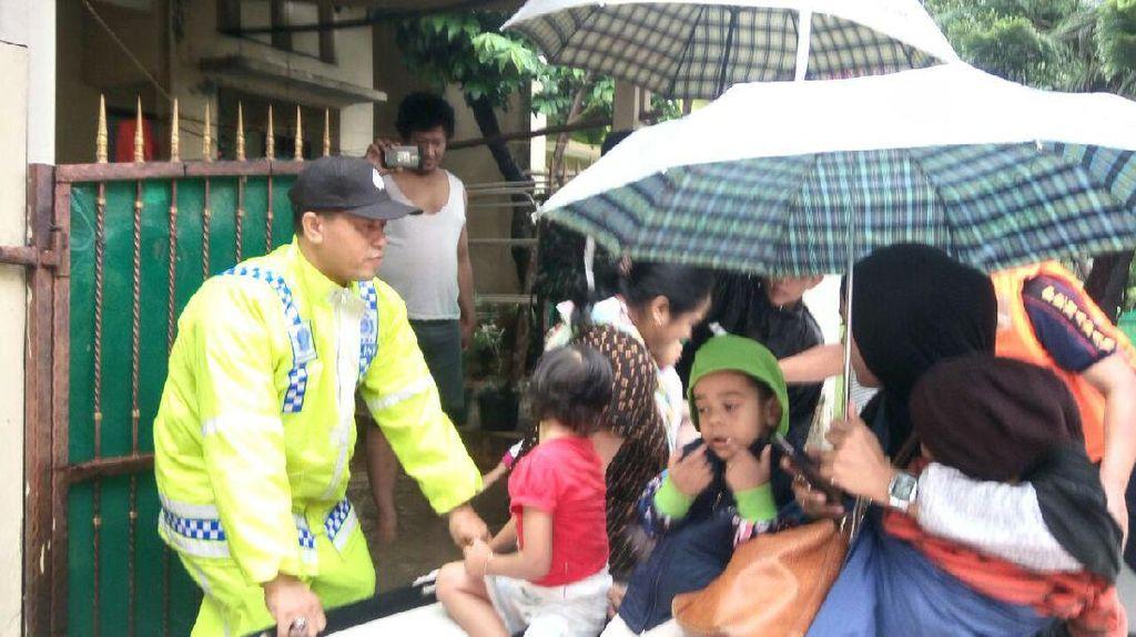 Polisi Evakuasi Korban Banjir di Pekayon Jaya Bekasi
