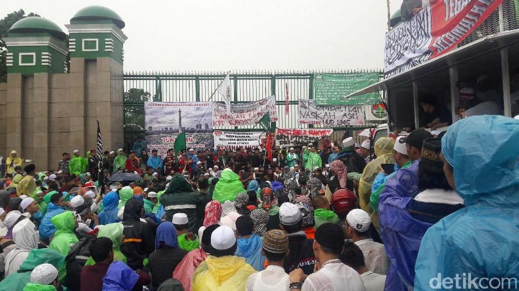 Massa Aksi 212 Membeludak, Bus TransJ Ikut Masuk Tol