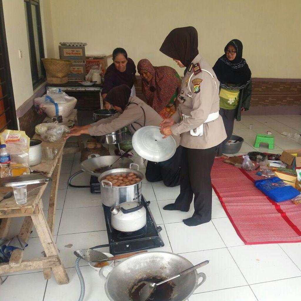 Polwan di Bekasi Buka Dapur Umum Bantu Korban Banjir