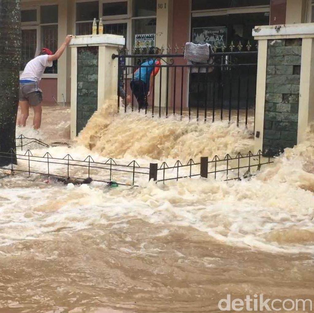 Tanggul Kali Sunter Jebol, Perumahan Cipinang Indah Terendam Banjir