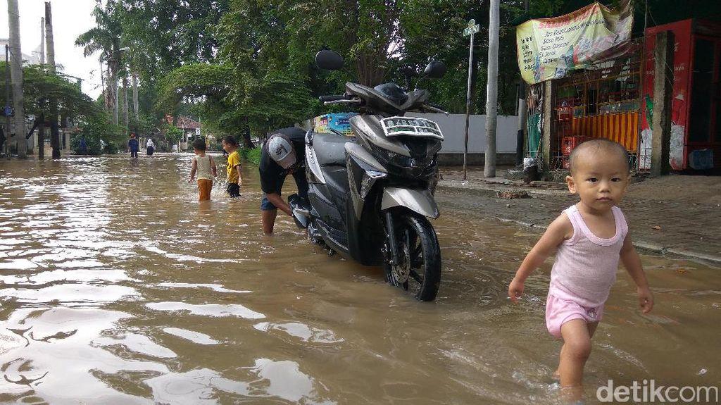 Banjir di Cipinang Indah Dimanfaatkan Warga untuk Cuci Motor