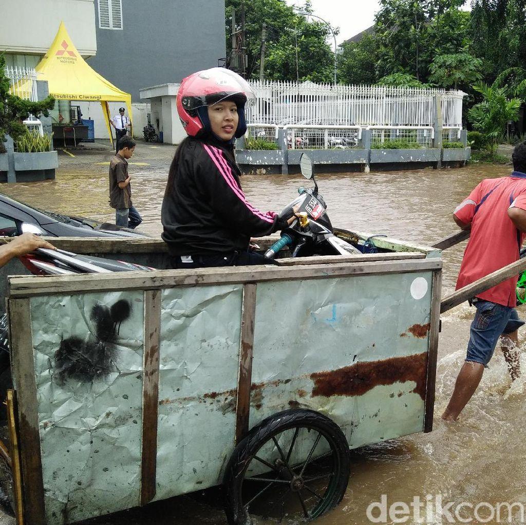 Tembus Banjir Kelapa Gading, Pemotor ini Menumpang Gerobak