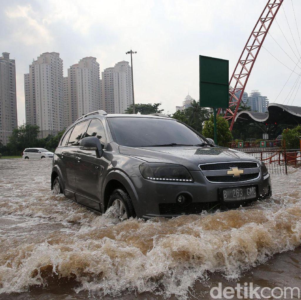 Kali Meluap, Depan Pintu Masuk Hailai Ancol Terendam Banjir