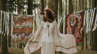 Seni Gaya Kaum Hippies dan Batik Tulis ala Rossyta Wahyutiar