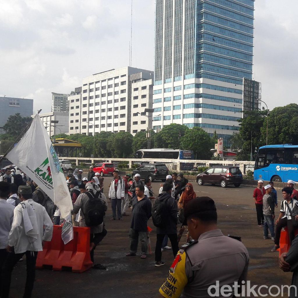 Massa di Depan Gedung DPR Bubar, Lalin Mulai Lancar