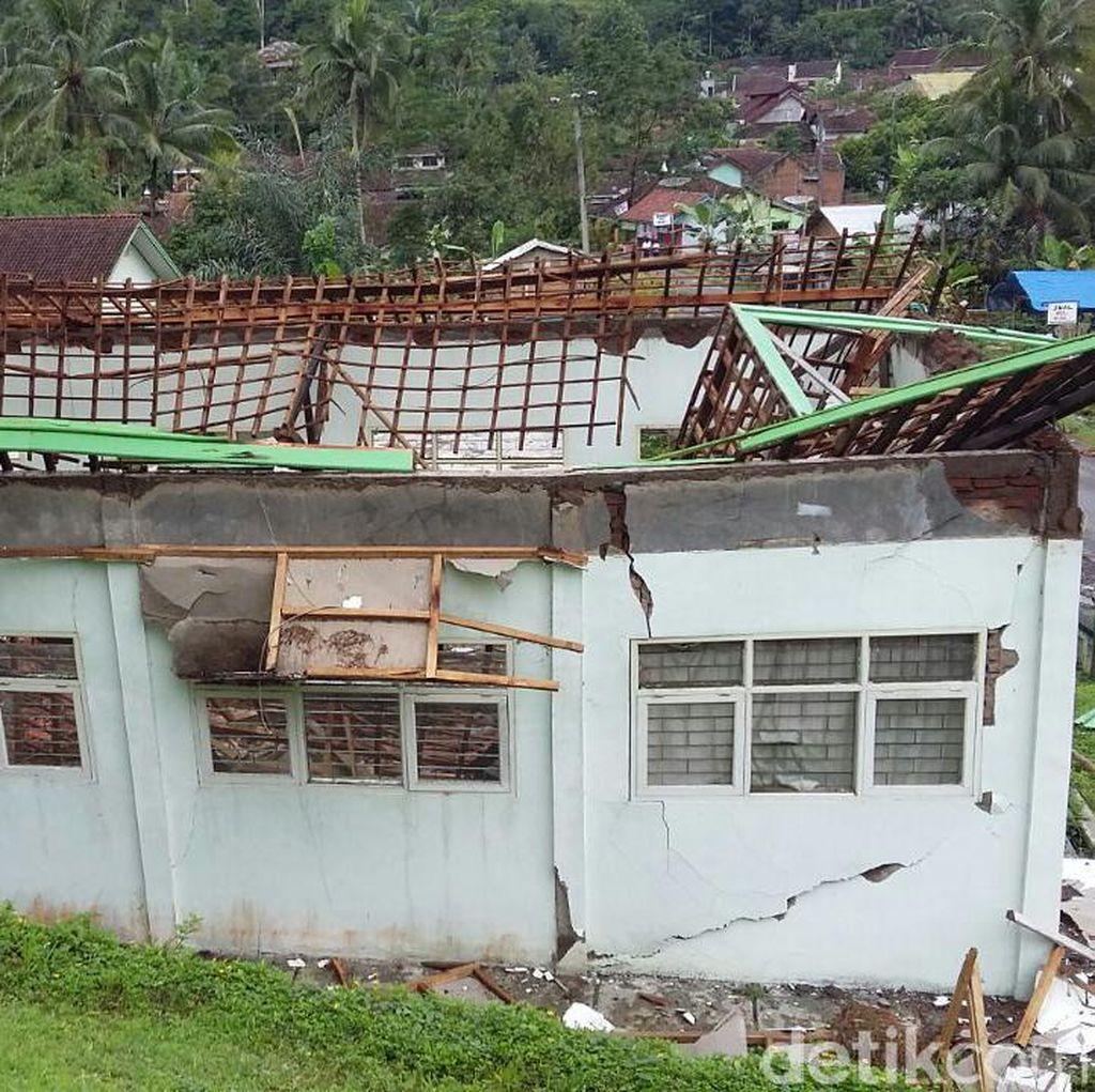 Hujan Deras, Ruang Lab Bahasa SMP 2 Taraju Tasikmalaya Ambruk