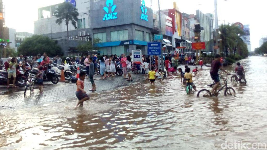 Belum Surut, Banjir di Kelapa Gading Jadi Tontonan Warga