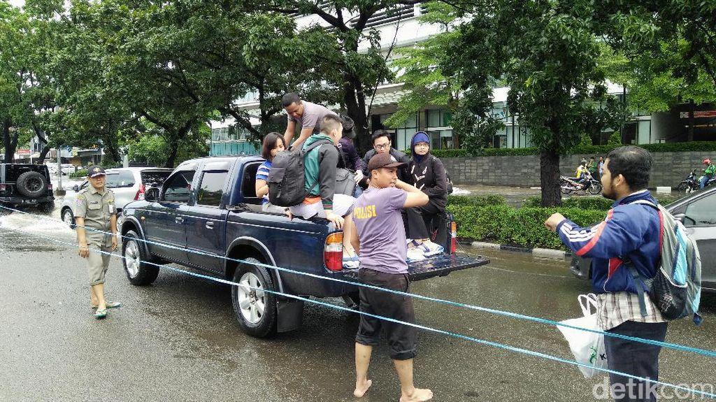 Mobil Angkut Disiapkan untuk Warga Seberangi Banjir Kelapa Gading
