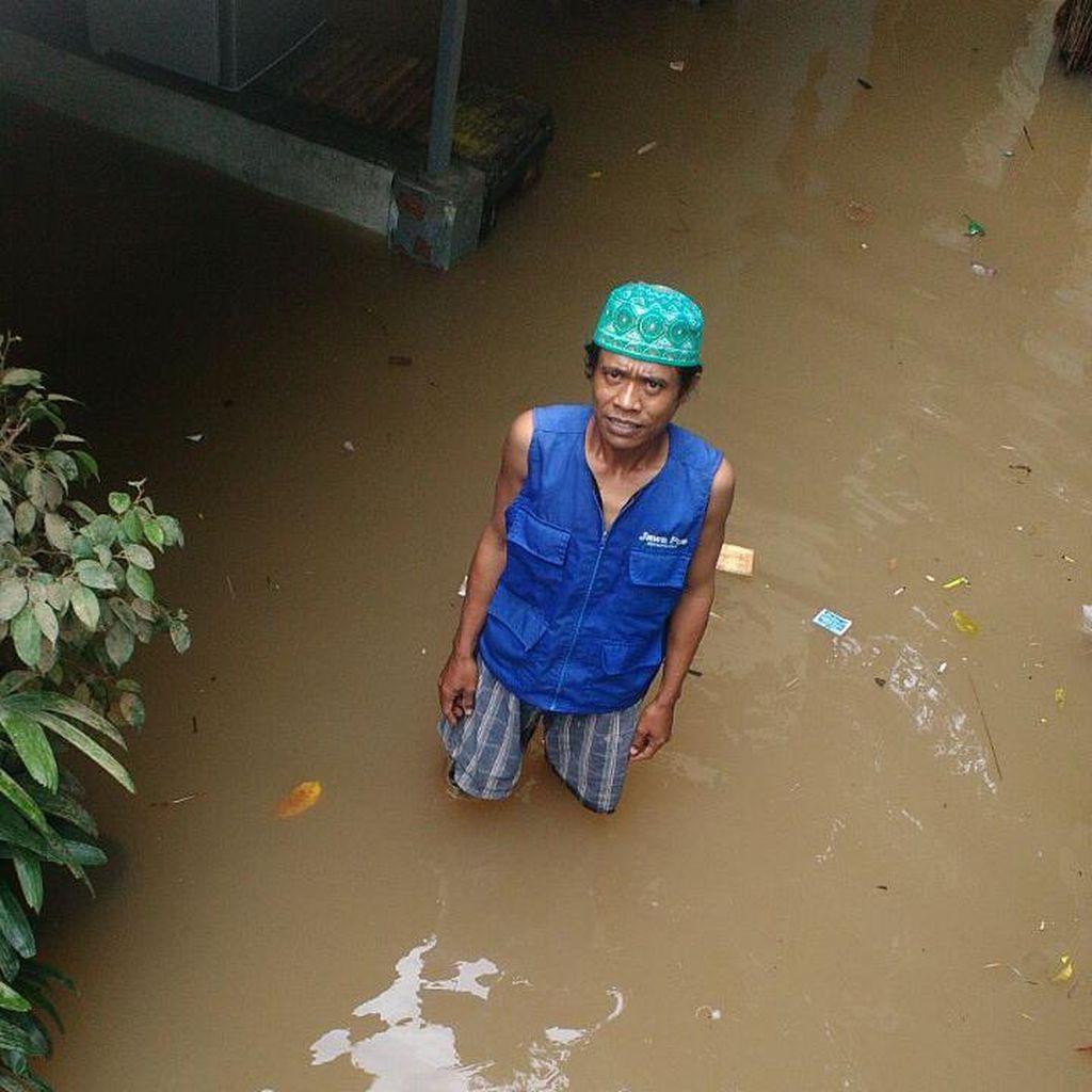 Cerita Bang Edi, Loper Koran Difabel yang Nikmati Banjir Jadi Berkah