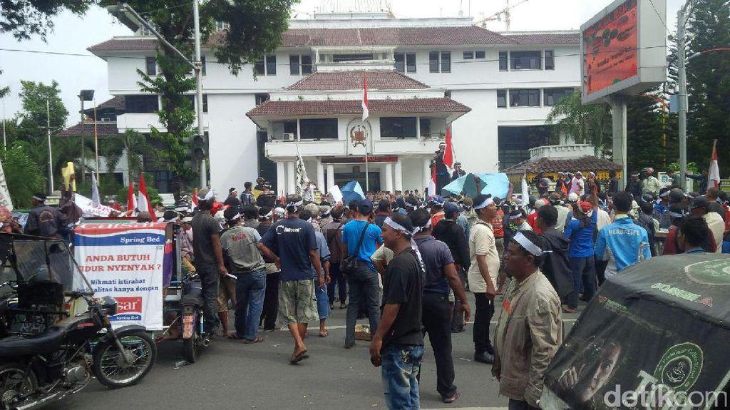 Ratusan Sopir Becak Motor di Medan Demo Protes Angkutan Online