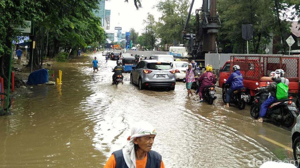 Banjir di Jatinegara Kaum, Lalin Terputus