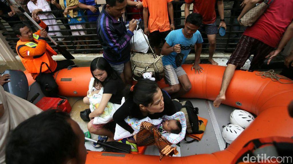 Evakuasi Bayi Korban Banjir